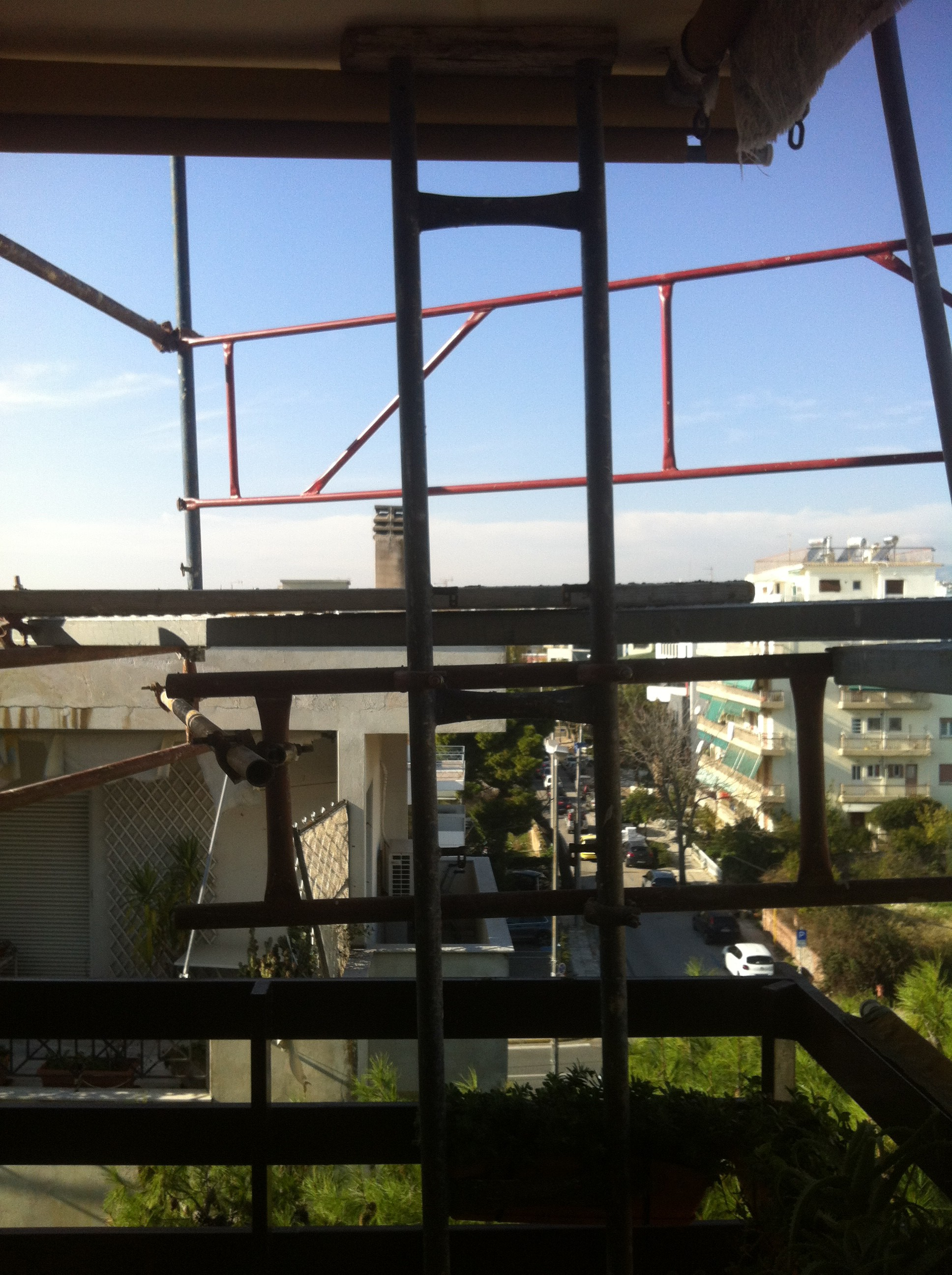 Ικριώματα εξωτερικά του προβόλου του 5ου ορόφου σε πολυκατοικία στο Μαρούσι